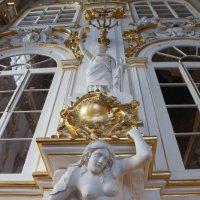 """Парадная (Иорданская) лестница. Статуя """"Правосудие"""" и Кариатида :: Елена Павлова (Смолова)"""