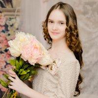 девочка с пионами :: Юлия Богданова