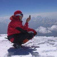 На покорённой восточной вершине Эльбруса на высоте 5621 м над уровнем моря :: Vladimir 070549