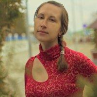 Девушка в красном :: Виктор Дилянян