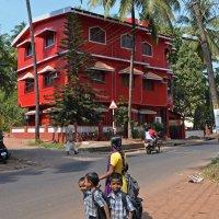 Индия. Калангут. Красный дом и школьники :: Владимир Шибинский