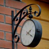 Висеть и стоять одновременно могут только часы. Или не только? :: NICKIII Михаил Г.