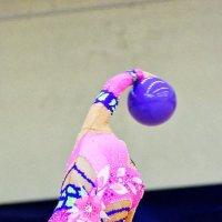 Легким движением руки голова превращается... Превращается голова... В элегантный мяч. :: Павел Сущёнок