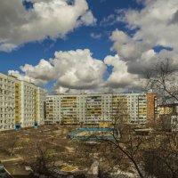 Облака над нашим двором... :: Сергей Сердечный