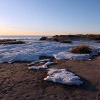 Северодвинск. Белое море. Весна наступает. Снег тает на дюнах :: Владимир Шибинский