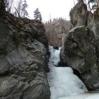 Замёрзший  водопад (подо льдом бежит вода) :: Галина