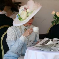 Дама в шляпе за чашкой чая и читающая газету :: Олег Лукьянов