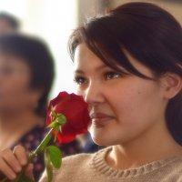 незнакомая девушка и цветок розы :: Юрий Винницкий
