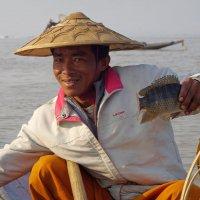 Ну как не похвалиться! Рыбак - он и в Бирме рыбак. :: Михаил Рогожин