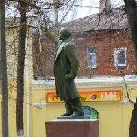 Памятник Ленину в сквере рядом с монументом павшим в Великой Отечественной войне. :: Galina Leskova