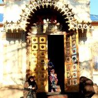перед храмом :: Александра