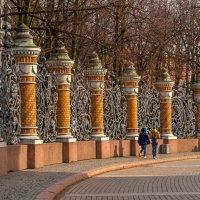 Ограда храма в вечернем солнце. :: Константин Бобинский