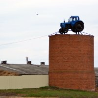 Тракторист попил молочка, от бешеной коровки ... :: Сергей F