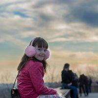 девочка сидит на парапете :: Евгений Дольников