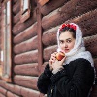 Девушка с яблочком :: Мария Корнилова