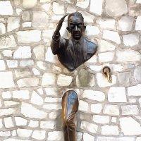 Человек, проходящий сквозь стену. Париж. :: Виктор Никаноров