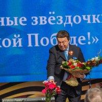 Кобзону ветеран вручает цветы :: Дмитрий Сушкин