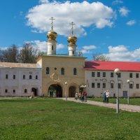 Святые врата Тихвинского монастыря с церковью Вознесения Господня :: Дмитрий Лупандин