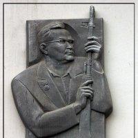 Мемориальная доска в честь конструктора Евгения Фёдоровича Драгунова (Ижевск ул. Пушкинская 222) :: muh5257