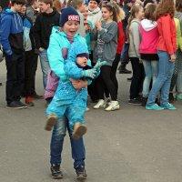 Северодвинск. Юбилей ЦУМа. Сестра танцует с братиком :: Владимир Шибинский