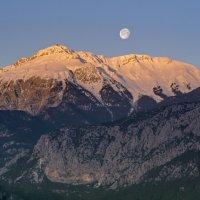 Закат луны на восходе солнца :: Виталий Авакян