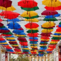 Зонтики — это не только спутники дождливой погоды, но и позитивное украшение для улиц :: Елена Павлова (Смолова)