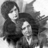 Мама Евгения со старшей сестрой Клвдией :: Олег Афанасьевич Сергеев