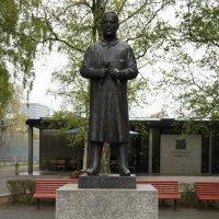 У Центральных ворот стоит памятник самому Густаву Вигеланду. :: Елена Смолова