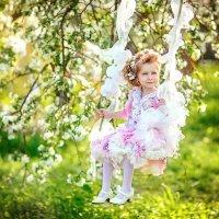 Аля в яблоневом саду :: Елена Фролова