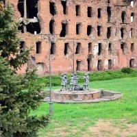 Елка, фонтан, старая мельница :: Александр