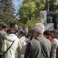 Экскурсия по Новодевичьему кладбищу. Китайские туристы у могилы Н. Хрущева. :: Евгений Поляков
