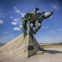 Памятник морякам Евпаторийского  морского десанта, высаженного у берегов Евпатории 5 января 1942 г. :: Алексадр Мякшин