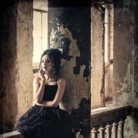 GOTHIC :: Yellow Raven Photo