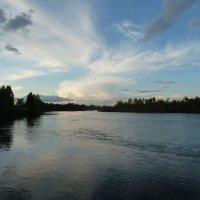Отражая небо водными струями, в даль течёт река :: Галина