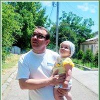 Я дочку на руках держу  И к солнышку ее тяну. Она улыбку дарит мне, И счастлив я сейчас втройне. :: Людмила Богданова (Скачко)