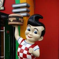 Фигура у входа в ресторан :: Александр Яковлев