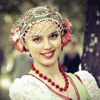 Девушка в национальном костюме :: Алексадр Мякшин