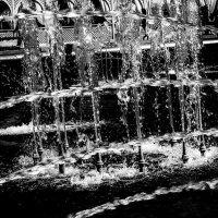 Стеклянный фонтан :: Людмила Синицына