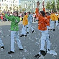 Северодвинск. День России. Радужный танец :: Владимир Шибинский