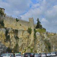 У дворцовой стены :: M Marikfoto