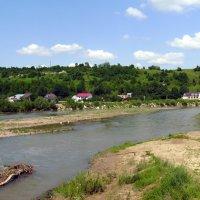 Река  Быстрица  Надворнянская  и  Вовчинецкие  холмы :: Андрей  Васильевич Коляскин