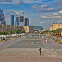 Главная аллея парка Победы на Поклонной горе :: Рамиль Хамзин