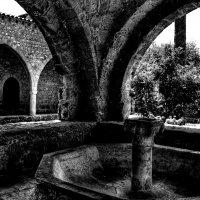 На монастырском дворе :: Ирина Сивовол