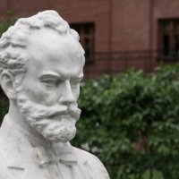 Памятник-бюст П.И. Чайковского в саду «Эрмитаж» :: Роман Домнин