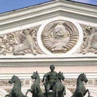 Над входом в здание Большого театра :: Владимир Пугачёв