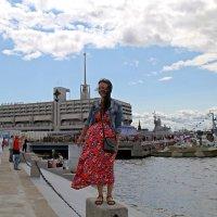 На фоне кораблей :: Сергей
