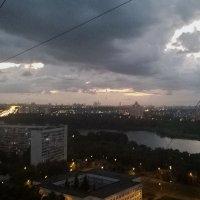 ... и глаз небесный, раздвинув паутину проводов, окинул взором вечерний город ... :: Николай Дони