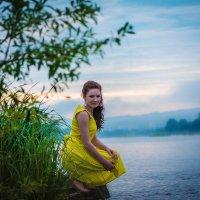 девушка у реки на рассвете :: Юлия Стельмах