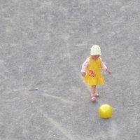 девочка и мяч :: tgtyjdrf