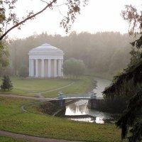 Храм дружбы стоит на самом красивом месте парка, в живописнейшей излучине реки Славянки :: Елена Павлова (Смолова)